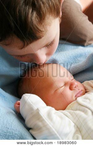 Träumen Neugeborenes Baby und 5 Jahre alt Bruder