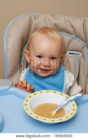 10 Monate alten baby junge Praxis Essen. Happy Baby mit einem Löffel.