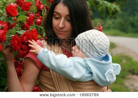 Mutter mit ihrem Baby in Schleuder