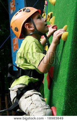 5 Jahre alten Kind Klettern an der Wand in ein outdoor-Klettern-center