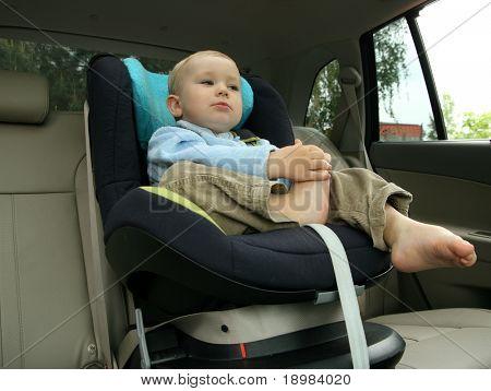 18 Monate alten Baby Boy in Autositz Sicherheit.