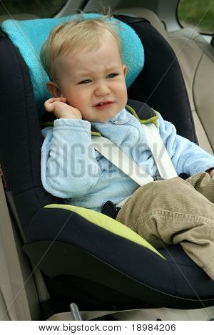 18 Monate alten Jungen in Auto-Sicherheitssitz. Unzufrieden Kind weint.