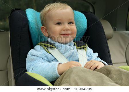 18 Monate alten Jungen in Auto-Sicherheitssitz.