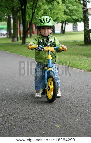 Auf ein erstes Fahrrad fahren lernen
