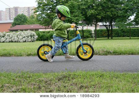 Lernen auf ein erstes Fahrrad fahren