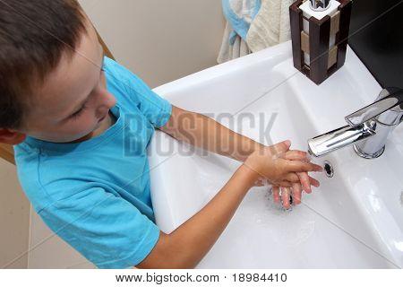 Kind Händewaschen in den Waschbecken