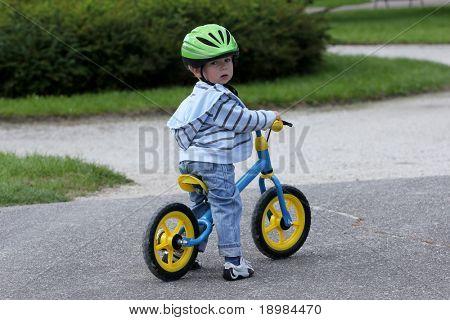 2 Jahre altes Kind auf seinem ersten Fahrrad fahren lernen
