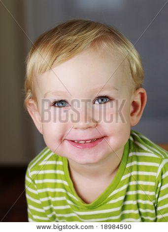 Glückliche 2 Jahre alten Jungen. Kid ist lächelnd, grinsend.