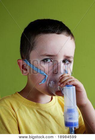 5 Jahre altes Kind unter Atemwegserkrankungen, Inhalationstherapie.