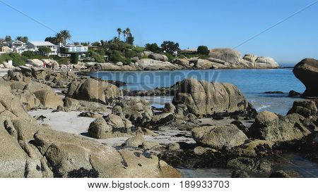 CLIFTON, CAPE TOWN, SOUTH AFRICA, HUGE BOULDERS IN FORE GROUND AND BACK GROUND 25lkuh