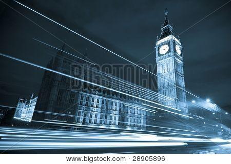Notturno Szene mit big Ben hinter Lichtstrahlen, blau getönt.
