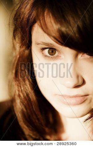 Hermosa niña mirando a la cámara.