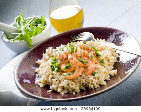 Brauner Reis mit Garnelen und Rucola-pesto