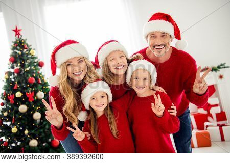 Photo Portrait Of Funny Friendly Family Wearing Warm Red Festive Jumpers And Headwear Preparing For