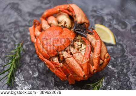 Seafood Shellfish Steamed Red Crab Or Boiled Stone Crab / Fresh Crab With Ingredients Lemon Rosemary