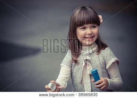 Porträt von lustige schöne Mädchen bläst Seifenblasen