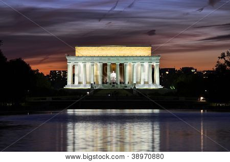Washington DC, Lincoln Memorial and mirror reflection on the pool at night