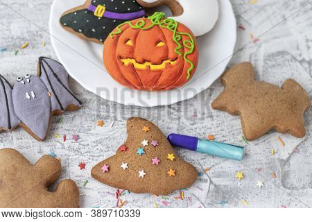 Halloween Ginger Cookies. Making Homemade Gingerbread Cookies For Halloween. Halloween Objects On Te