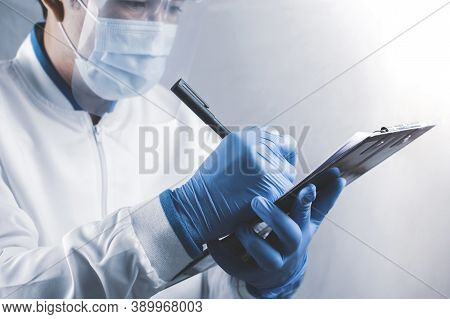Healthcare Workers Are Taking Notes On The Notes In The Laboratory