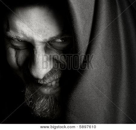 Evil finsterer Mann mit malefic wicked Grinsen