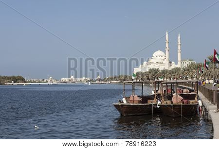 Abra boat overlooking the Khalid Lagoon and Al Noor Mosque (Al Noor Mosque). Sharjah. United Arab Em