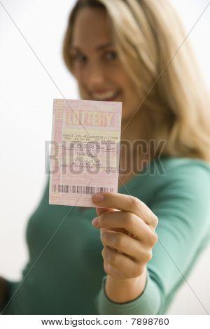 Mujer sosteniendo el billete de lotería