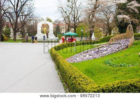 Flower clock and Statue of Johann Strauss,  Stadtpark, Vienna, Austria