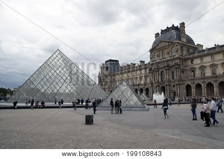 PARIJS , FRANKRIJK - JULY 23 ,2017:  The Louvre Museum (The Grand Louvre) in Paris is one of the world's largest museums and a historic monument