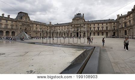 PARIJS , FRANKRIJK - JULY 23 ,2017: The Louvre in Paris, the largest museum in the world. Louvre Pyramid. Travel through Europe. Attractions in France