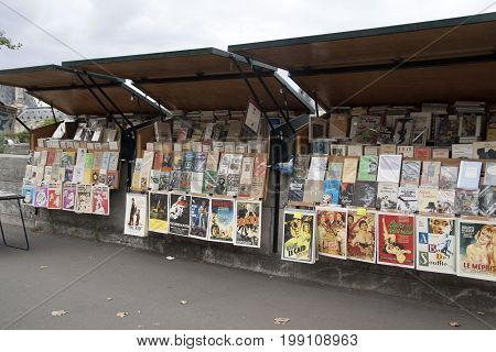 PARIJS , FRANKRIJK - JULY 23 ,2017:Wooden sales stalls with French curiosa for tourists along the seine in Paris