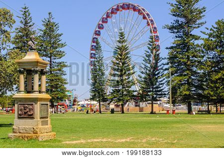 Ferris wheel and Explorers' Monument in the Esplanade Park - Fremantle, WA, Australia, 9 January 2013