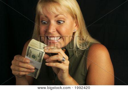 Aantrekkelijke vrouw stapel geld houden.