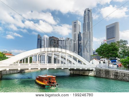 Scenic Wooden Tourist Boat Sailing Along The Singapore River