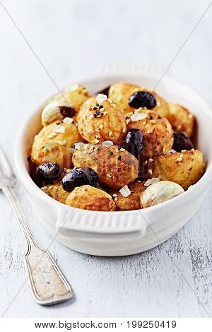 Oven-baked turmeric Potatoes with Sesame Seeds, Olives and Sea Salt