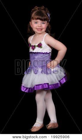 Niña posando con orgullo en el traje de Ballet. Aislado