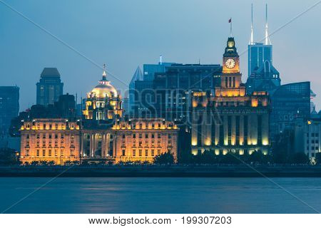 There are Shanghai Banking Corporation Building (HSBC) on left and the Customs House on right.