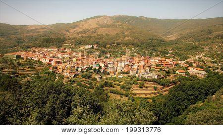 Town placed in a valley (Garganta la olla)