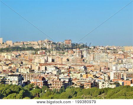 Paesaggio Marittimo città con molti palazzi e zone verdi