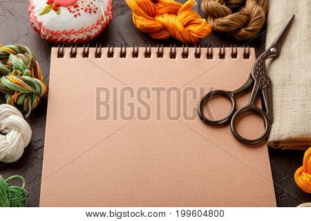 Set for embroidery embroidery hoop linen fabric thread scissors embroidered needle bed and notepad