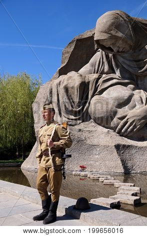 Fighter of Red Army in the form of times of World War II with the machine gun at a historical monument on Mamayev Kurgan in Volgograd