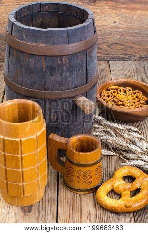 Old wooden barrel and beer mugs. Studio Photo
