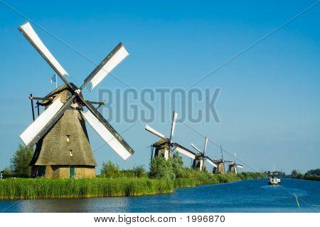Wunderschöne holländische Windmühle Landschaft