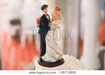 Wedding cake details. Top of the cake miniature decoration : bride and groom