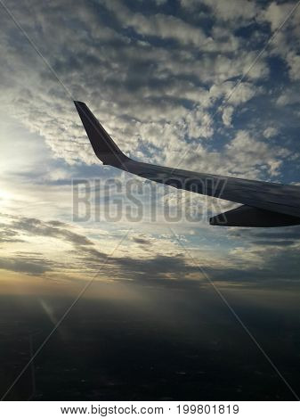 aleta de avion en el cielo. avion en el cielo.
