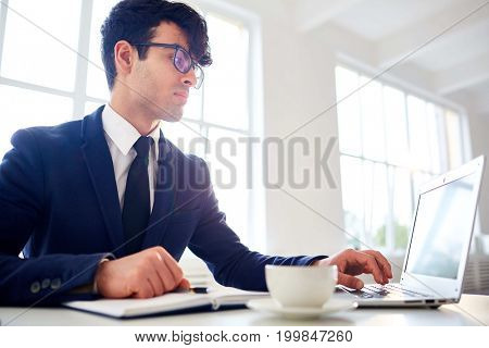 Financial analyst looking through online data in the net