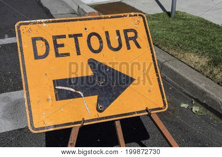 Detour sign pointing to the right side