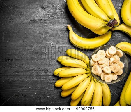 Ripe Bananas With Pieces Of Sliced Bananas In A Bowl .