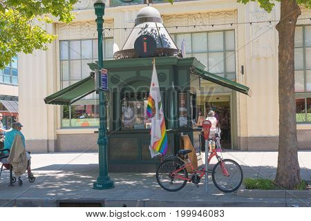 Santa Cruz, Usa - July 08 2017: Santa Cruz Main Promenade, Outdoor View Of The Main Street With Palm