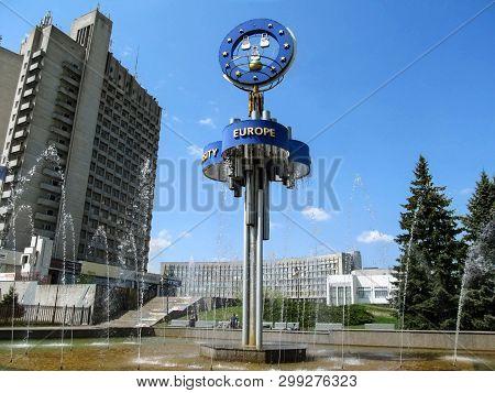 Sumy, Ukraine - April 28, 2019: Large Fountain European Near Multi-storey Building In Sumy On A Sunn