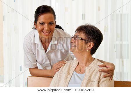 uma enfermeira de idosos cuidados aos idosos em asilos